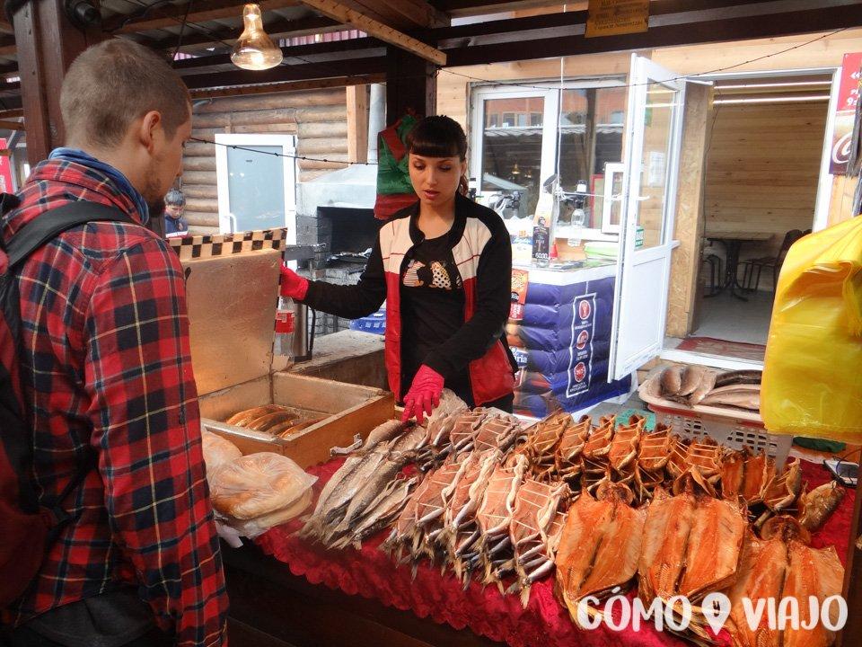 Comprando pescado ahumado en el Lago Baikal