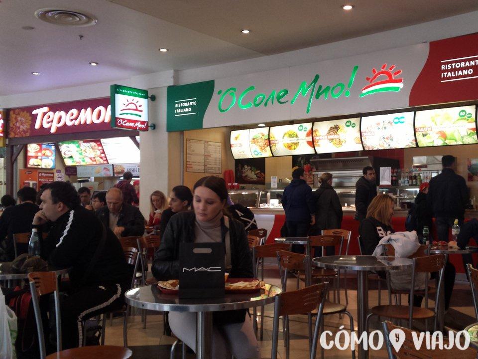Patio de comidas en centro comercial de Moscu