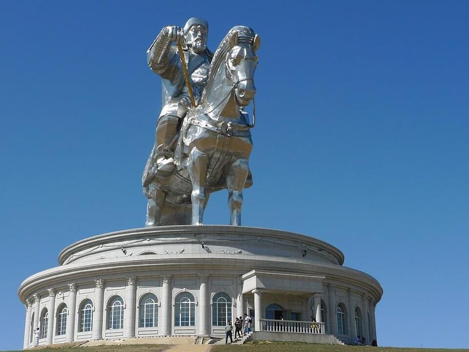 Estatua de Genghis Khan para ver en Ulán Bator