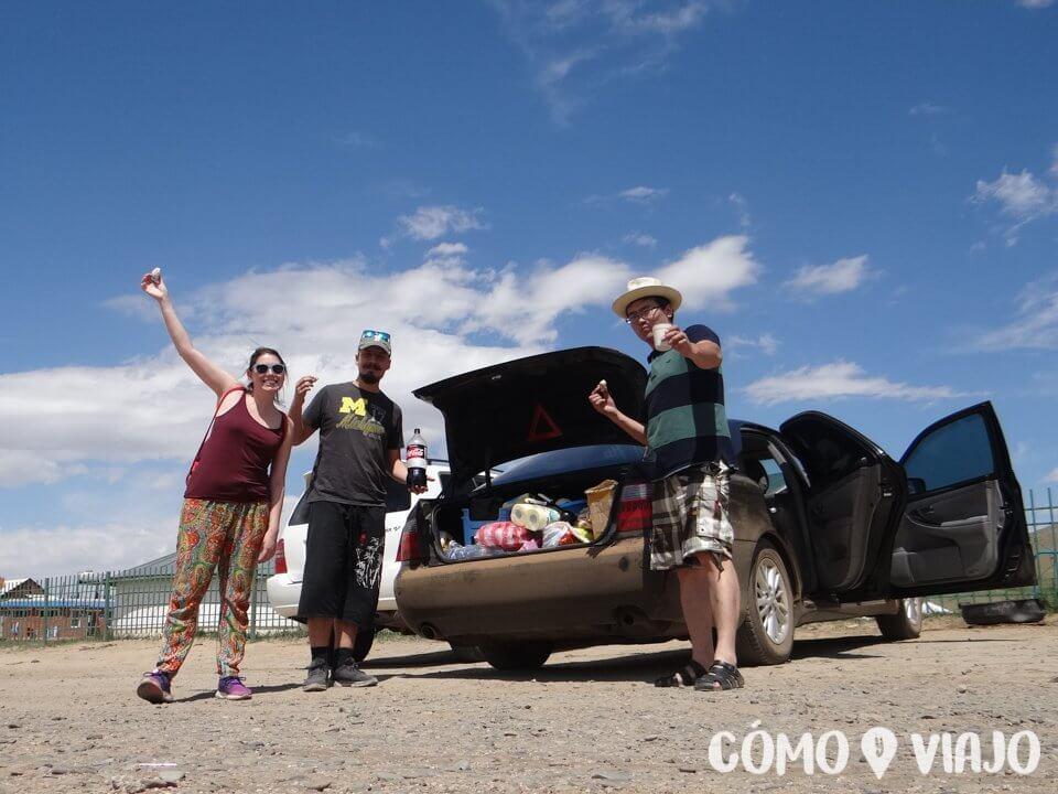 Compartiendo con nuestro driver en Mongolia