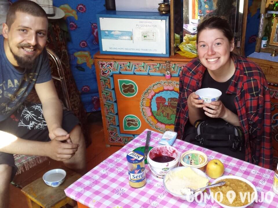 Comiendo en un ger en Mongolia
