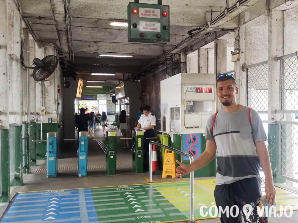 A la entrada del ferry de Hong Kong