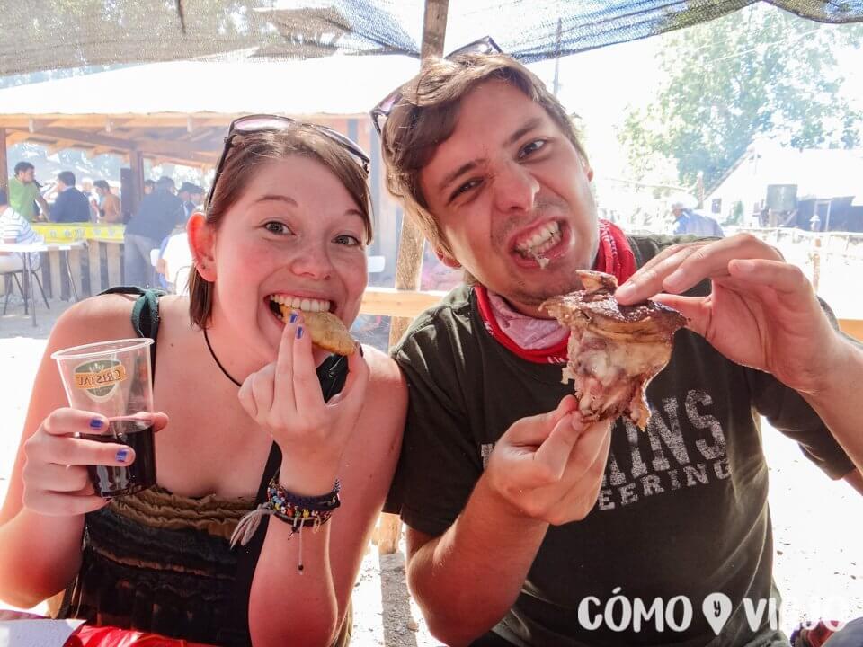Comiendo en Fiesta Costumbrista de Chiloé