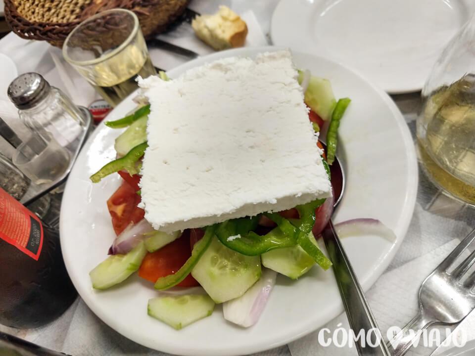 Comer ensalada griega en Atenas